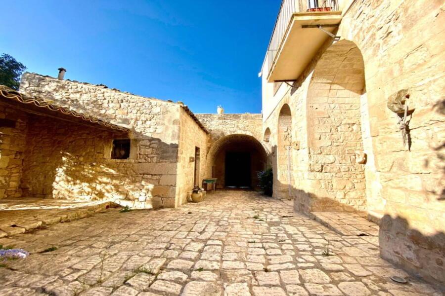 The courtyard of Stone Farmahouse Ragusa and the blue sky