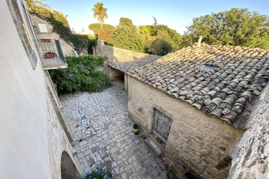 The courtyard of Stone Farmahouse Ragusa