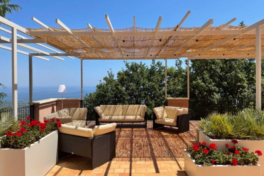 The relaxation area of the terrace from which to admire the delightful panorama.